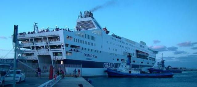 Ansicht Fähre GNV im Hafen von Porto Torres