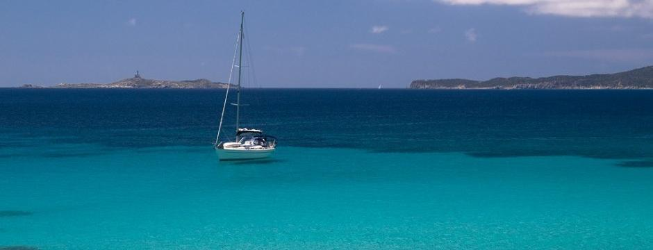 Segelboot auf dem Meer Sardinien